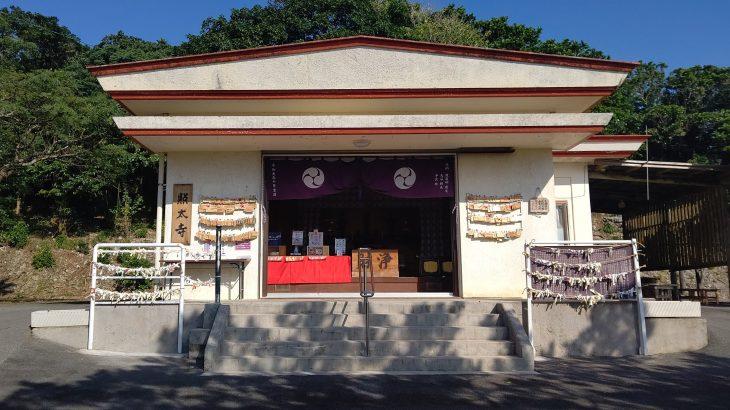 厳かな空気に包まれる伊江島の「照太寺」と「権現堂」がすごい!